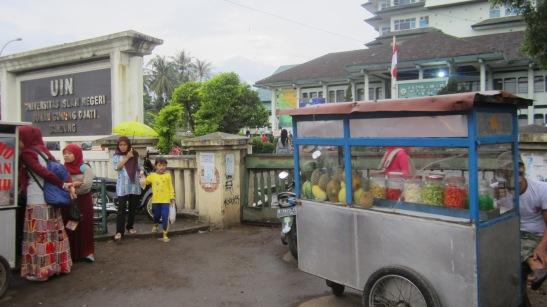 Pedagang Makanan di Depan UIN BAndung